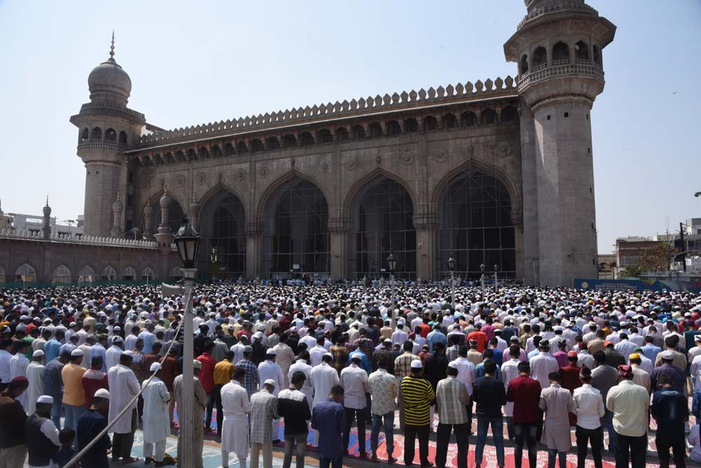 Devotees offered Friday Namaz without shed in Makkah Masjid