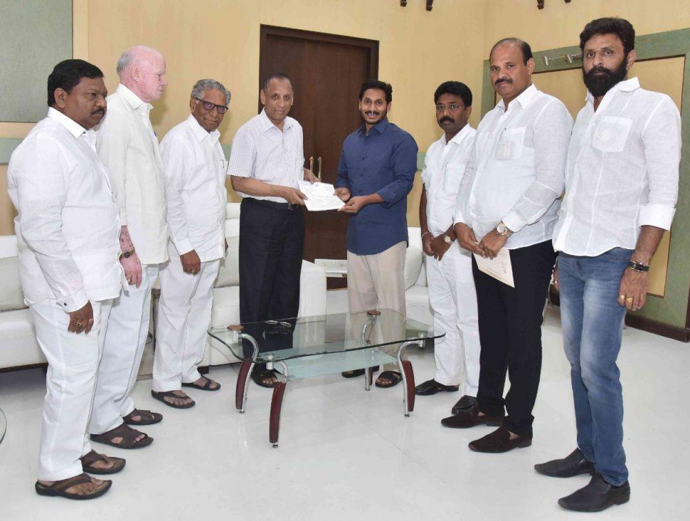 Jaganmohan Reddy meets Governor ESLNarasihman