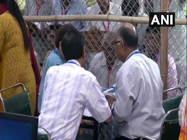 In Uttar Pradesh, BJP far ahead of 'gathbandhan', Rahul trails in Amethi
