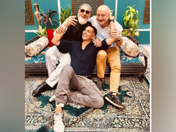 """Akshay Kumar shares adorable picture with his B-town """"friends"""""""